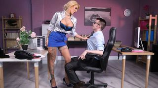 Office son throws a leg to the taboo MILF with tattooed hand and big chest